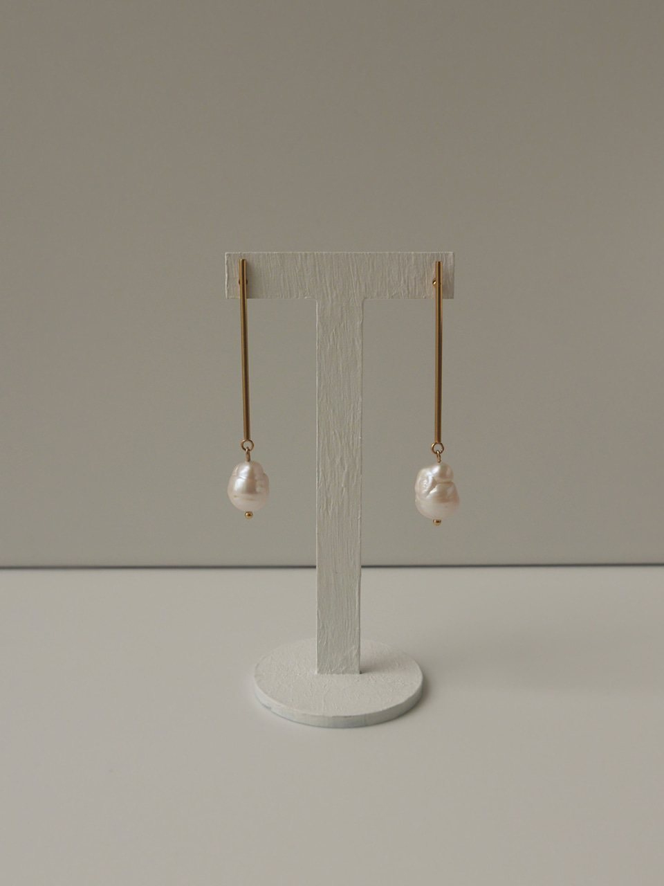 Long bar with pearl earrings