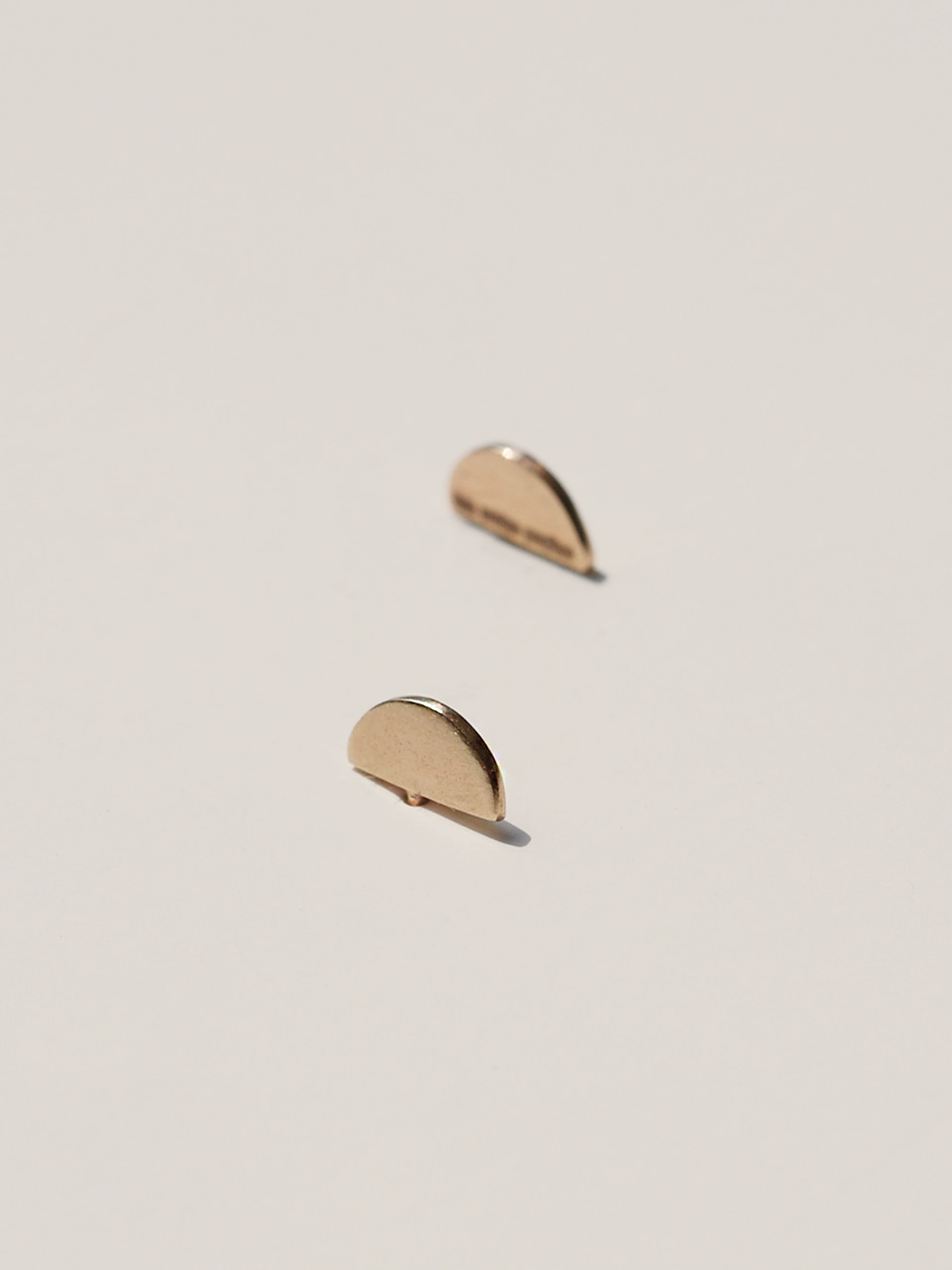 Tiny half moon 14k gold earrings 하프문 14k 귀걸이